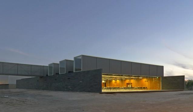 50a1a390b3fc4b0c8c0000dc_dining-multi-room-iron-mountain-polidura-talhouk-arquitectos_04-1000x585
